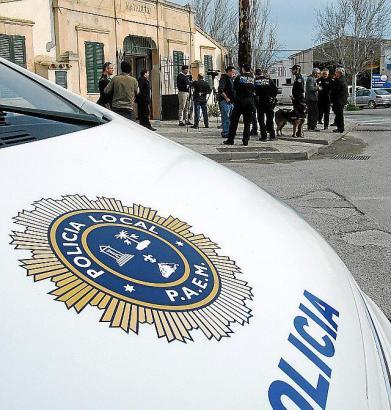 Die Beamten von der Lokalpolizei werden von den jeweiligen Rathäusern ihrer Gemeinden bezahlt.