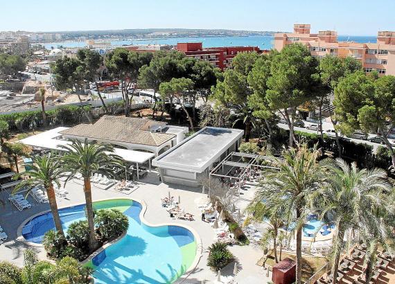 Blick in den Park des modernisierten Hotels Riu Bravo. Der Wandel verdeutlicht den Kontrast zur unveränderten ersten Meereslinie