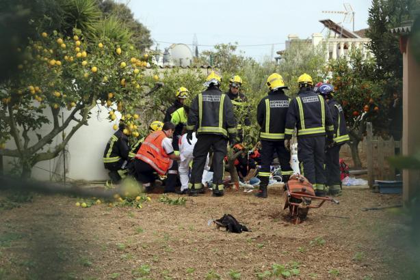 Einsatzkräft der Polizei und des Rettungsdienstes am Ort des Geschehens.