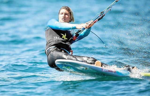 Florian Trittel bei seinem Wellenritt durch die Bucht von Palma.