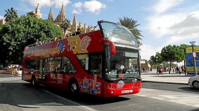 """Oben Ohne: Im zweiten Stock des """"Red Bus"""" sitzen Urlauber an der frischen Luft."""