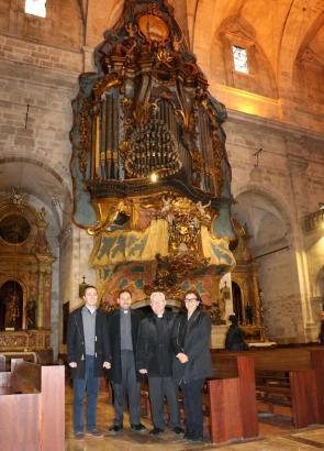Santanyís Bürgermeister Llorenç Galmés, Santanyís Gemeindepfarrer Josep R. Ortega, Organist Tomeu Seguí und die Kulturdezernenti