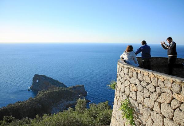 Die Aussichtsplattform oberhalb des Sa-Foradada-Felsens in Deià ist bei Ausflüglern beliebt - vor allem, wenn gerade die Sonne u