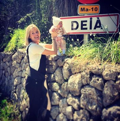 Posieren am Dorfeingang: Deia vor dem Ortsschild von Deià.