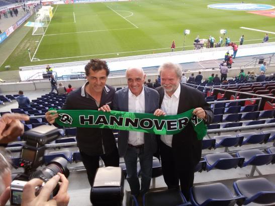 Mallorcas Sportdirektor Miquel Angel Nadal, Hannover-Präsident Martin Kind und Utz Claassen (v.l.) mit Hannover-Schal im 96er-St