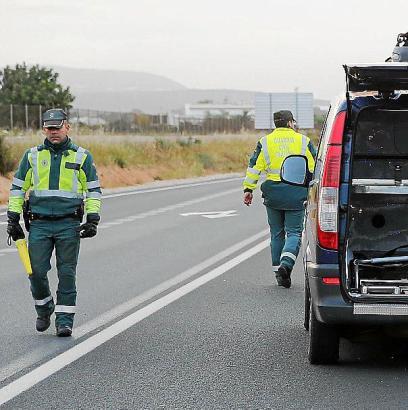Das Archivfoto zeigt Beamte der Guardia Civil beim Sichern einer Unfallstelle an der Landstraße von Sineu.