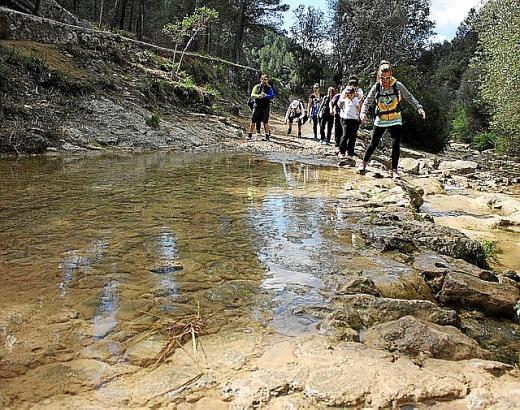 Der Torrent de Coanegra führt im Frühjahr häufig noch Wasser. Zumindest an einer Stelle kreuzt der Wanderweg das Flussbett.