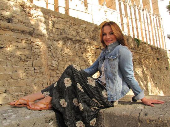 Jenny Jürgens an der Kathedrale von Palma. Das Bild ist 2013 entstanden.