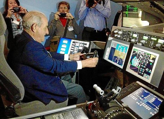 Alles im Griff: Globalia-Chef Juan-José Hidalgo im  Dreamliner-Simulator in Miami.