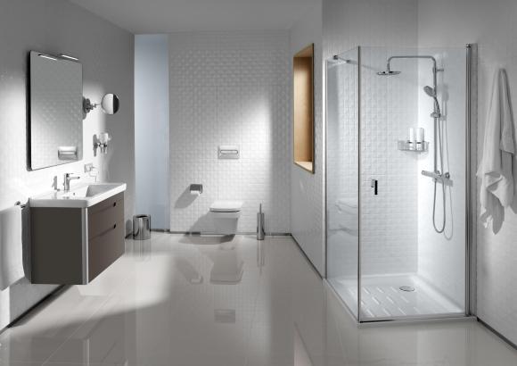 Ein großzügiges Hotelbadezimmer mit Badewanne und Bidget kommt bei Gästen in Spanien gut an.