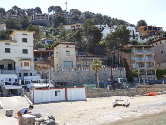 Die Schauspielerin Chelsea Handler lässt dieses Haus in Port de Sóller sanieren. Es liegt in erster Linie am Hafen.