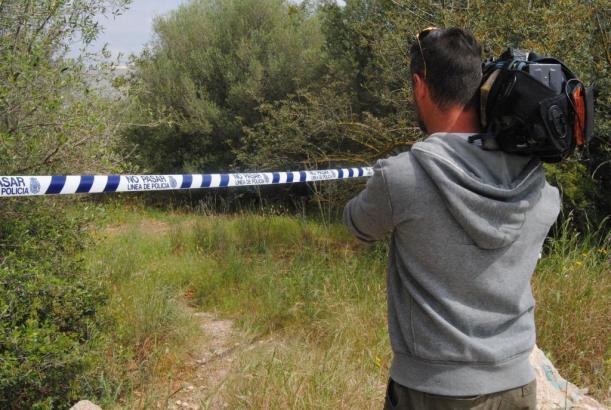 Fernsehteams machen Aufnahmen am mutmaßlichen Tatort in Son Rapinya.