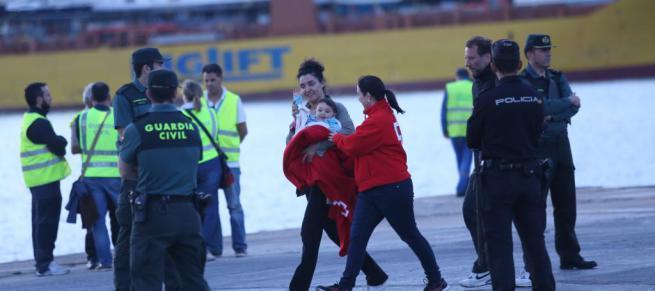 Rotkreuz-Helfer empfangen die Passagier, darunter ein Kleinkind, in Palma.
