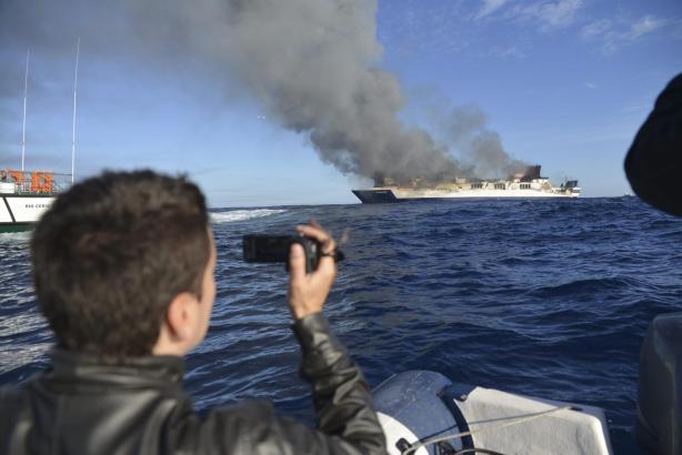 """Die brennende """"Sorrento"""" treibt 17 Seemeilen von Andratx auf dem Meer."""