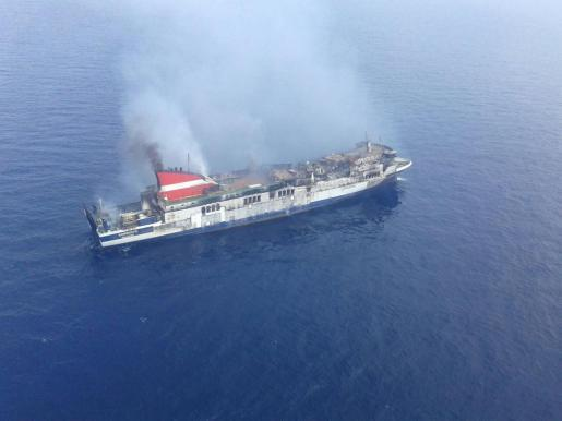 Das Feuer ist zum Großteil gelöscht, jetzt geht es darum, den Schiffsrumpf herunterzukühlen.