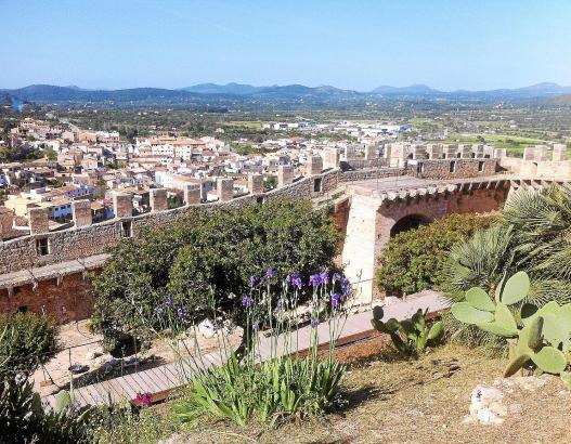 Weitblick von der Burg aus ins Inselinnere. Rund 90.000 Besucher besichtigten im Vorjahr die denkmalgeschützte Festungsanlage. I