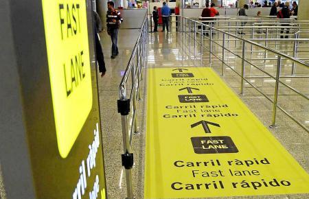 """Umstrittene Überholspur: Die """"Fast Lane"""" am Flughafen Palma de Mallorca."""