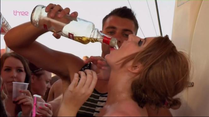 Das Symbolfoto aus Magaluf zeigt Kneipenspiele mit Alkohol. Manchmal fallen die Aktionen verschärft aus.