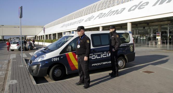 Das Symbolbild zeigt Polizeibeamte am Flughafen von Palma de Mallorca.
