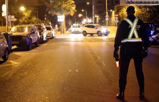 Das Symbolfoto zeigt einen Beamten der Lokalpolizei an der nächtlichen Playa de Palma.