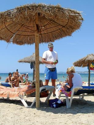 Preise von rund 15 Euro für Schirm und zwei Liegen sind keine Seltenheit an den Stränden Mallorcas.
