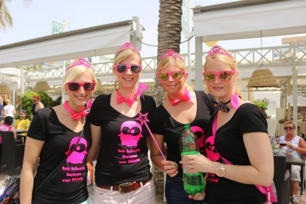 Die Gruppe der jungen Mallorca-Touristinnen feiert an der Playa
