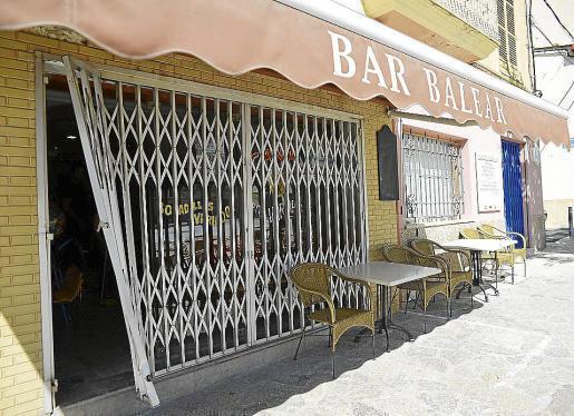 Die Bar Balear mit dem zerstörten Gitter.