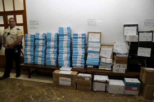 Unterlagen ohne Ende: Die Prozessakten wurden ans Landgericht überstellt.