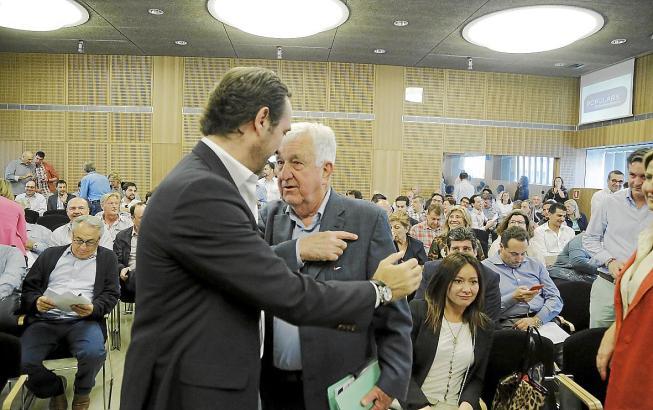 Partei-Titanen unter sich:José Ramón Bauzá (links im Vordergrund) und Gabriel Cañellas auf der Tagung des Präsidiums der Konserv