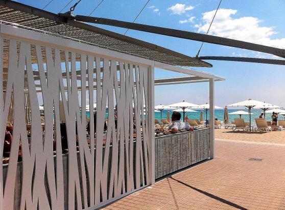 """Halbschatten in der """"Farbe des Sandes"""". Der neugestaltete Strandkiosk """"Balneario 8"""" nahm am vergangenen Samstag den Betrieb auf."""