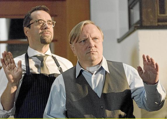 """Das """"Traumpaar"""" Prof. Boerne (Jan Josef Liefers) und Frank Thiel (Axel Prahl) in der Tatort-Folge """"Erkläre Chimäre""""."""
