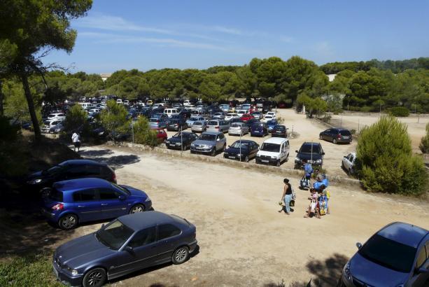 Der umstrittene Großparkplatz in Ses Covetes auf Mallorca.