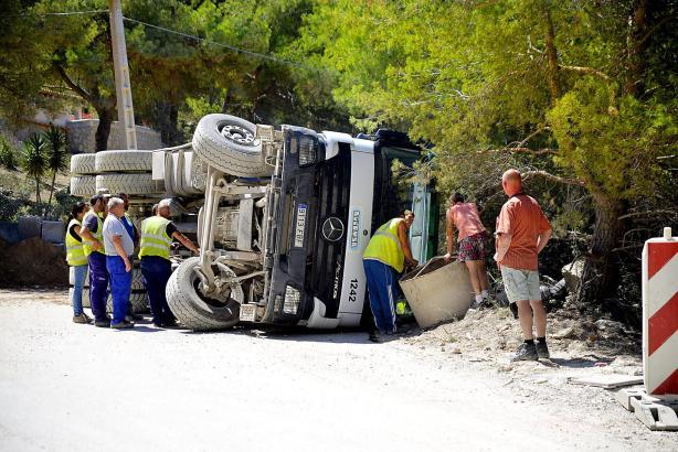 Kontrolle verloren und umgestürzt: Ein mit Erdreich beladener Lastwagen in Cala Llamp.