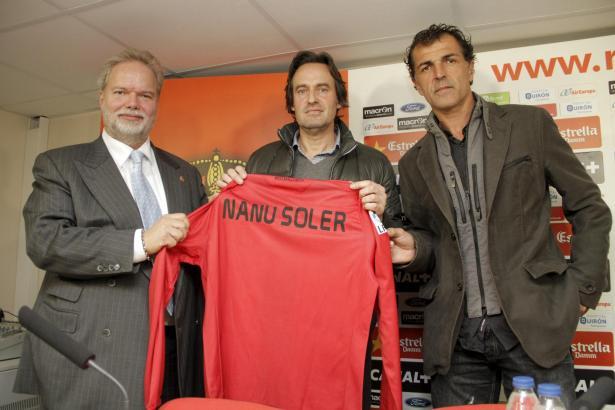Utz Claassen (l.) mit Sportdirektor Miquel Ángel Nadal bei der Verpflichtung von Miquel Soler (Mitte).