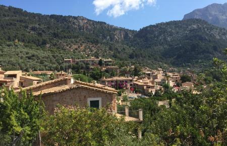 Zwischen Olivenhainen und Orangenplantagen liegt Fornalutx