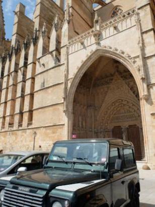 Diese Bilder will Arca am liebsten nicht mehr sehen: Parkende Autos vor der Kathedrale.
