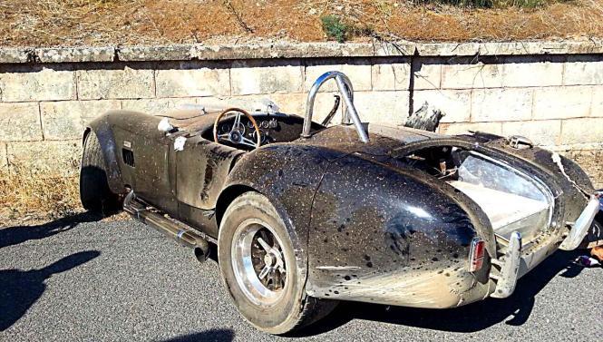 Der zerstörte Roadster vom Typ Ford Cobra.