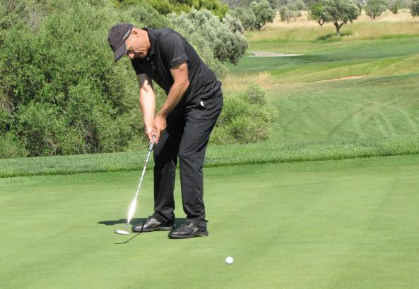 Heiner Lauterbach beim Putten auf dem Golfplatz von Son Gual.