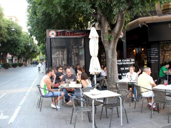 """Die vielen Terrassen laden zum Sitzen ein, auch beim Schinkenlokal """"Mariscal del Jamón""""."""