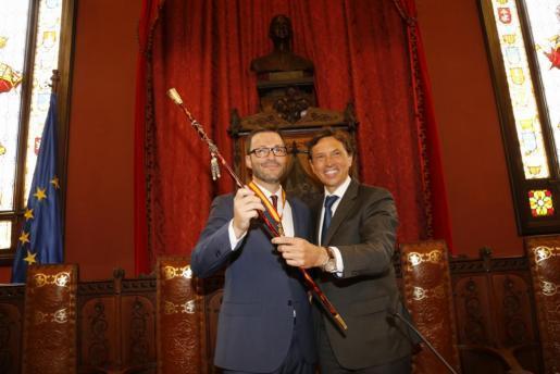 Mateo Isern (r.) übergibt das Amt offiziell an José Hila (l.).