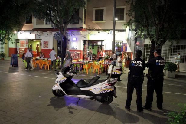 Das Archivfoto zeigt Beamte der Lokalpolizei in Palma bei der Kontrolle der Sperrzeiten im Stadtzenrum.