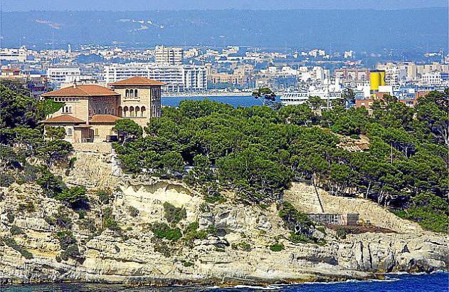 Der Palast liegt auf einem Felsen in Calamajor, am westlichen Stadtrand von Palma.