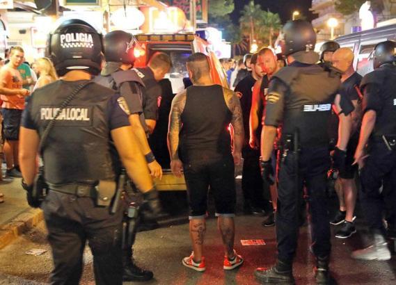 Die Gruppe musste bei der Polizei ihre Personalien vorzeigen.