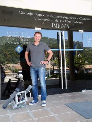 Hilmar Hinz vor dem Imedea-Institut in Esporles, wo der gebürtige Deutsche seit Kurzem arbeitet.