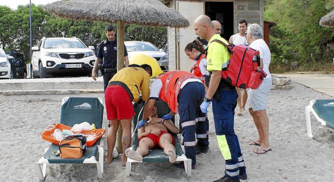 Notärzte versorgten den Verletzten zunächst auf einer Strandliege.
