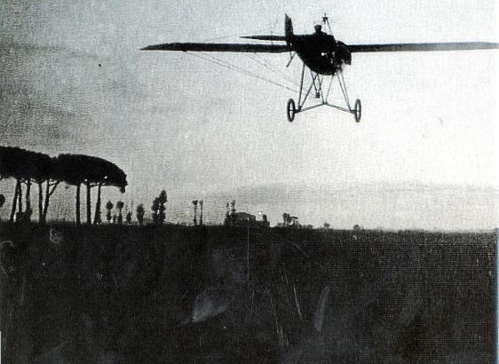 1916: Erstmals landet ein auf dem Festland gestartetes Flugzeug auf Mallorca.