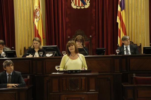 Francina Armengol bei ihrer Rede im Parlament.