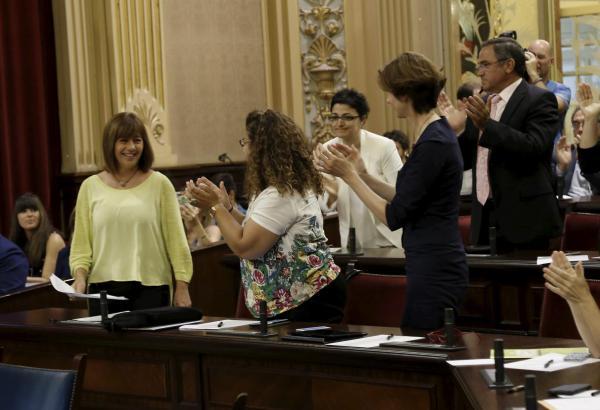 Die Abgeordneten wählten Francina Armengol (l.) zur neuen Balearen-Ministerpräsidentin.