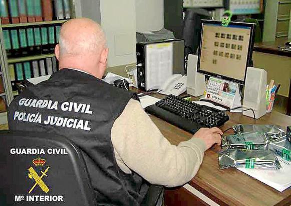 Die Guardia Civil auf Mallorca bei der Sichtung von Beweismaterial.