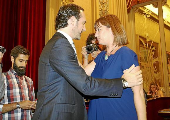 Der abgewählte José Ramón Bauzá gratuliert im Parlament seiner Nachfolgerin Francina Armengol.